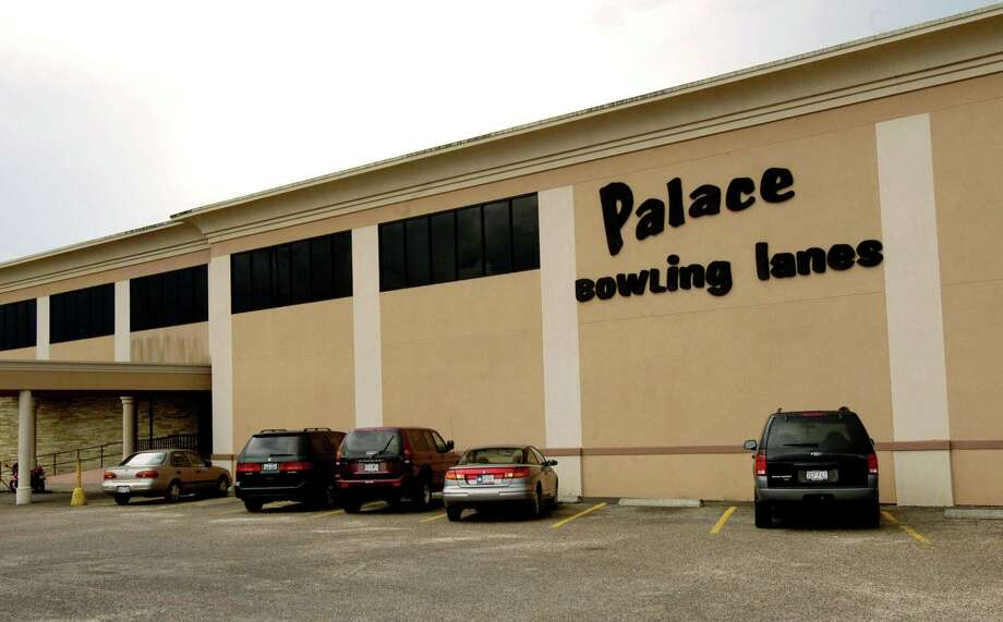 Palace Lanes on Bellaire.(Dave Rossman/Special to the Chronicle) NEXT: A rendering of the proposed redevelopment of the Palace Lanes site.  Photo: Dave Rossman, Freelance / Special To The Chronicle / freelance
