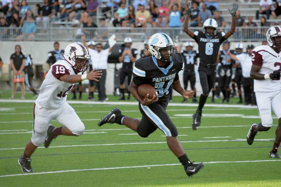 Major Payne (34) of Paetow rushes for a touchdown in the first quarter of a high school football game between the Paetow Panthers and the Northbrook Raiders on Thursday, September 6, 2018 at Legacy Stadium, Katy, TX. Photo: Craig Moseley, Houston Chronicle / Staff Photographer / ©2018 Houston Chronicle