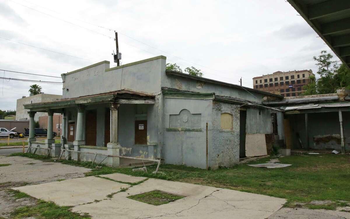 Exterior de la Casa Farías ubicada en la esquina de la calle Iturbide y la avenida San Bernardo.