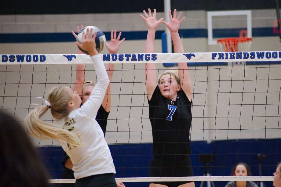 Friendswood's Tori Weatherley (1) and Friendswood's Makensy Manbeck (7) go high to block a shot by Santa Fe's Kylie Verm (15) Tuesday, Sep. 11 at Friendswood High School. Photo: Kirk Sides/Houston Chronicle