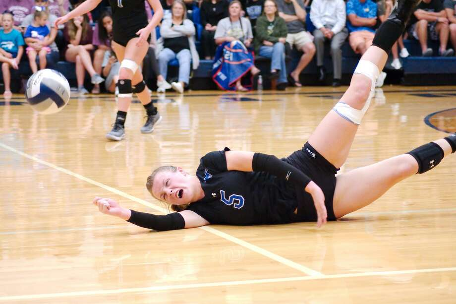 Friendswood's Ashlyn Svoboda (5) dives to make a hit against Santa Fe Tuesday, Sep. 11 at Friendswood High School. Photo: Kirk Sides/Houston Chronicle