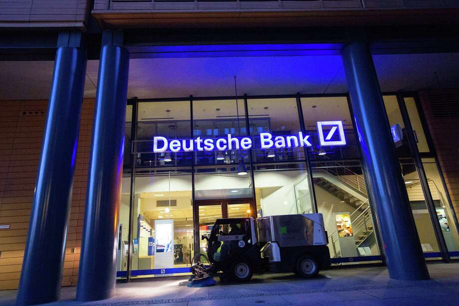 A road cleaning machine drives past the exterior of a Deutsche Bank bank branch in Berlin on Sept. 28, 2016. Photo: Bloomberg Photo By Krisztian Bocsi. / © 2018 Bloomberg Finance LP