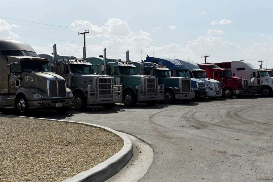 Trucks sit parked outside the Pilot Travel Center in Orla, Texas, U.S., on Wednesday, July 18, 2018. Photo: Callaghan O'Hare /Bloomberg / © 2018 Bloomberg Finance LP
