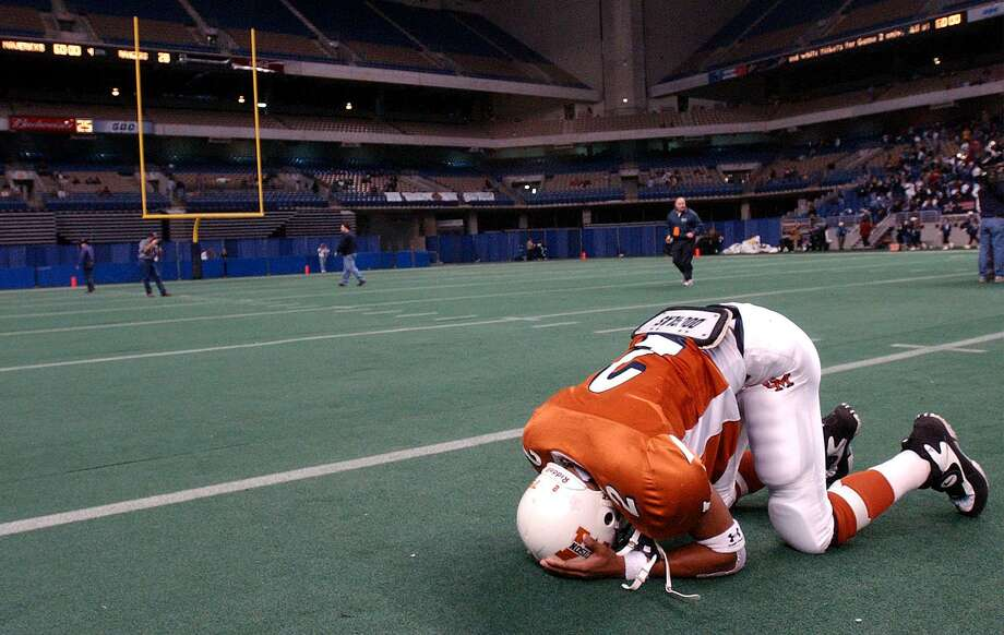 FOR SPORTS - Madison's Gary Green (2) reacts after his team lost to Smithson Valley by a score of 28 to 27 Saturday Dec. 7, 2002 at the Alamodome. PHOTO BY EDWARD A. ORNELAS/STAFF Photo: Staff File Photo / SAN ANTONIO EXPRESS-NEWS