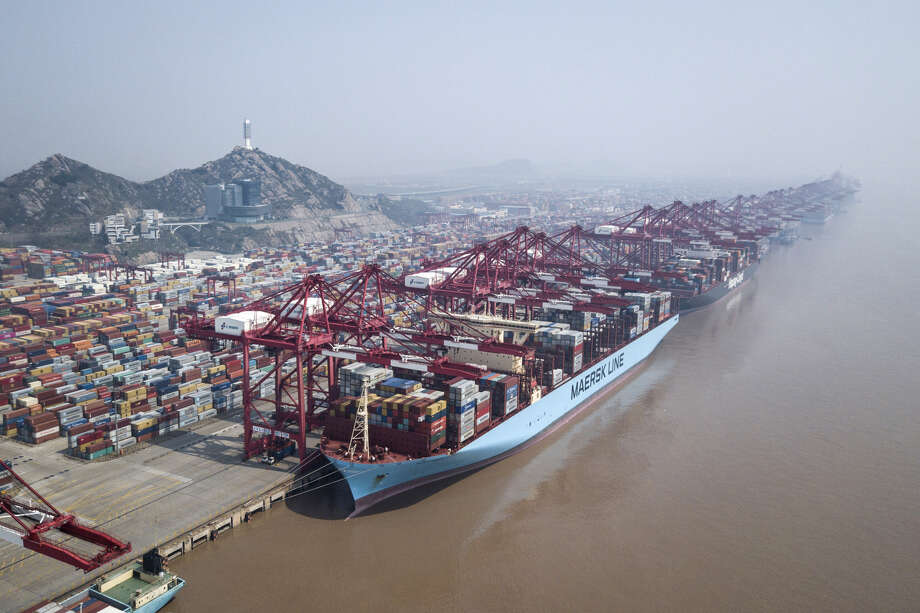 An A.P. Moller-Maersk container ship and a Hapag-Lloyd container ship at the Yangshan Deep Water Port in Shanghai. Photo: Bloomberg Photo By Qilai Shen. / © 2018 Bloomberg Finance LP