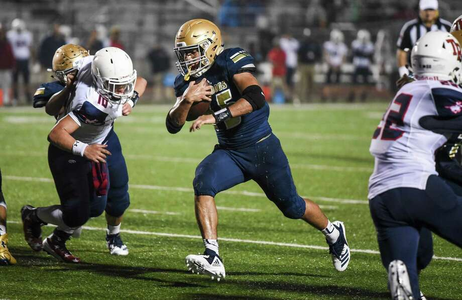 Milkosh Gonzalez rushed for a career-high 98 yards Friday leading Alexander to a season-high 221 yards on the ground in a 42-7 win at Del Rio. Photo: Danny Zaragoza /Laredo Morning Times File