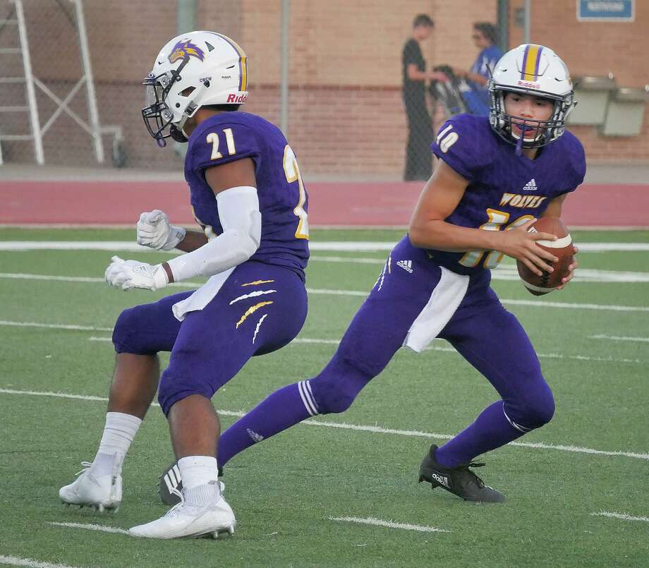 LBJ quarterback Luis Segura threw for 37 yards and ran for 20 in a 34-12 loss at Corpus Christi Ray last week. Photo: Cuate Santos /Laredo Morning Times / Laredo Morning Times