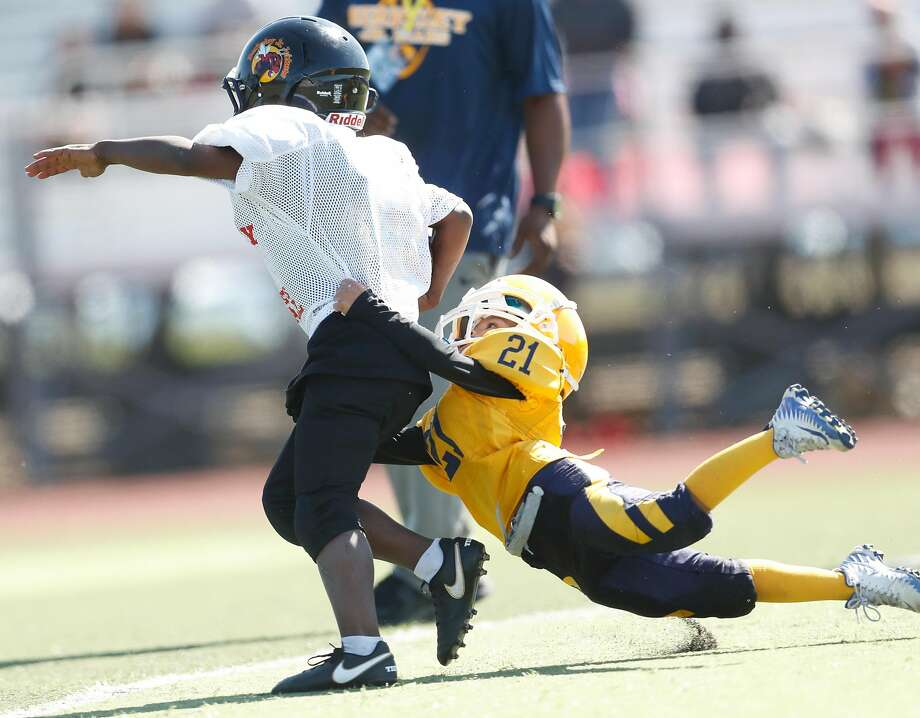 Berkeley Jr Bears Pop Warner Football Tiny Mites' Dylan Yanez Maldonado (21) makes a tackle during football jamboree at Oak Grove High School in San Jose, Calif. on Sunday, August 26, 2018. Photo: Scott Strazzante / The Chronicle