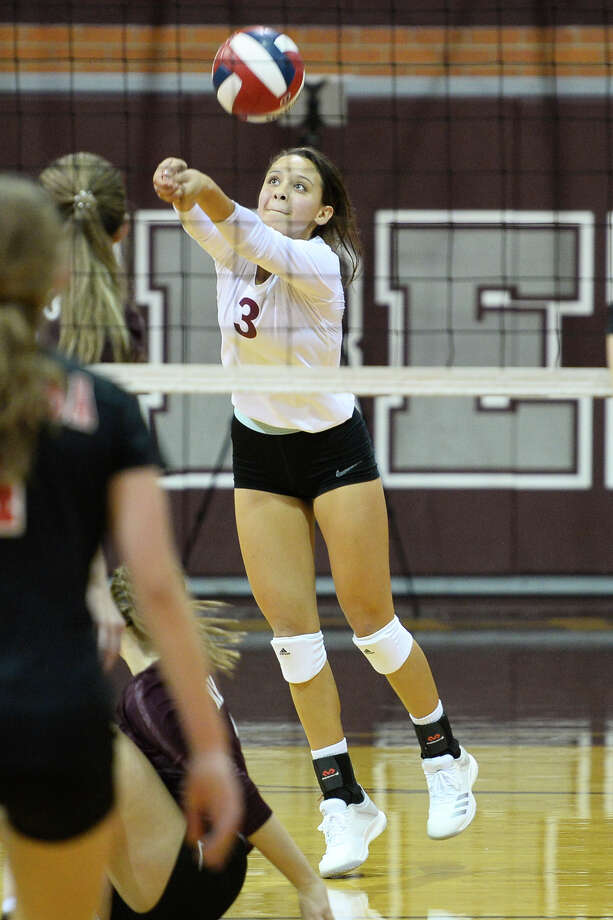 Lee's Lilly Porras (3) returns a hit from Amarillo Tascosa Sept. 18, 2018 at LHS. James Durbin/Reporter-Telegram Photo: James Durbin / ? 2018 Midland Reporter-Telegram. All Rights Reserved.