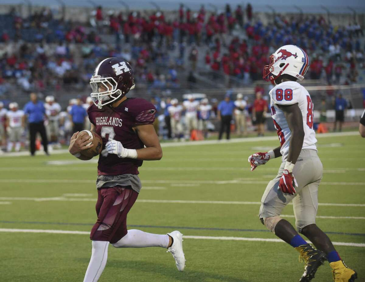 Nigel Cervantes of Highlands scores a first-half touchdown against Jefferson during high school football action at Alamo Stadium on Thursday, Sept. 20, 2018.