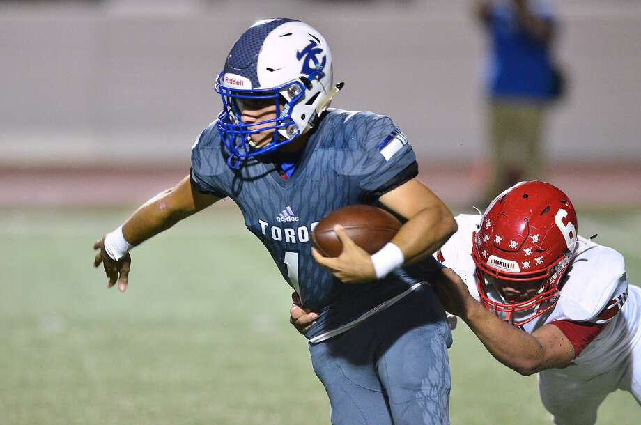 Toros quarterback Rudy Ramirez has thrown for 576 yards and four touchdowns while completing 46.2 percent of his passes this year. Photo: Cuate Santos /Laredo Morning Times File / Laredo Morning Times
