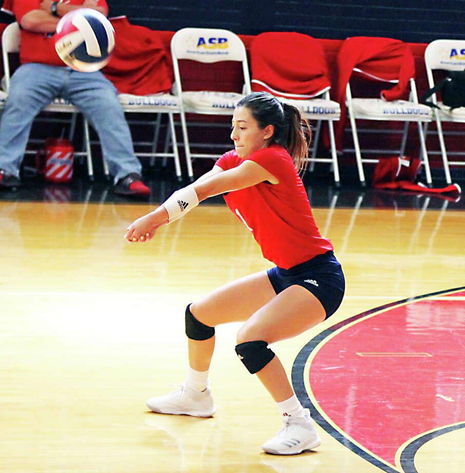 Plainview Lady Bulldogs senior libero Julissa Chavez returns a hit during the District 3-5A contest against the Coronado Lady Mustangs on Saturday in Plainview. The Lady Mustangs beat the Lady Bulldogs, 3-0. Photo: Carmen Ortega/Plainview Herald