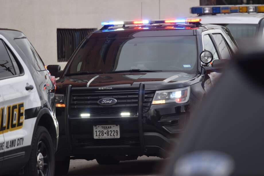 A man was found severely beaten at an abandoned warehouse at North Medina and West Martin streets in San Antonio on Tuesday, Sept. 25, 2018. Photo: Caleb Downs/San Antonio Express-News