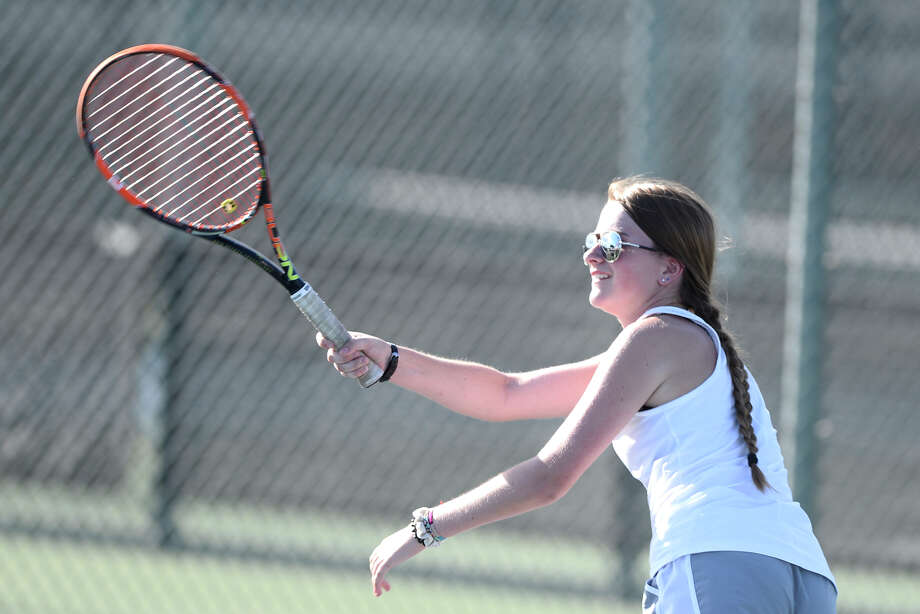 Lee's Katie Brewer returns a hit from Midland High during the girls number 1 doubles match Sept. 25, 2018, at Bush Tennis Center. Photo: James Durbin | Reporter-Telegram / ? 2018 Midland Reporter-Telegram. All Rights Reserved.