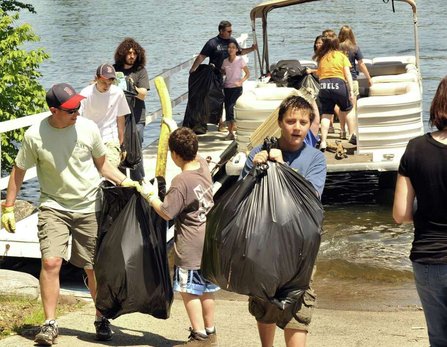File photo of volunteers at a previous Candlewood Lake cleanup. Photo: Michael Duffy / Michael Duffy / The News-Times