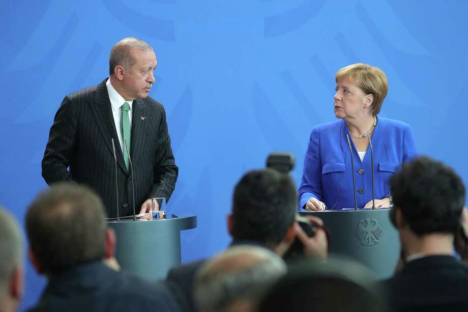 Turkish President Recep Tayyip Erdogan (left) and German Chancellor Angela Merkel stand at podiums during a news conference at the Chancellery in Berlin on Sept. 28, 2018. Photo: Bloomberg Photo By Krisztian Bocsi. / © 2018 Bloomberg Finance LP