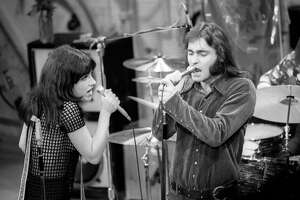 THE DICK CAVETT SHOW - Airdate: March 26, 1970. (Photo by ABC Photo Archives/ABC via Getty Images) GRACE SLICK AND MARTY BALIN OF JEFFERSON AIRPLANE PERFORMING