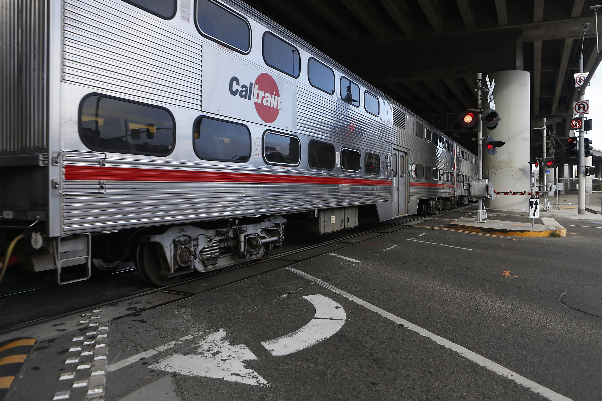 Driver enters Caltrain tracks in San Francisco, nearly ...