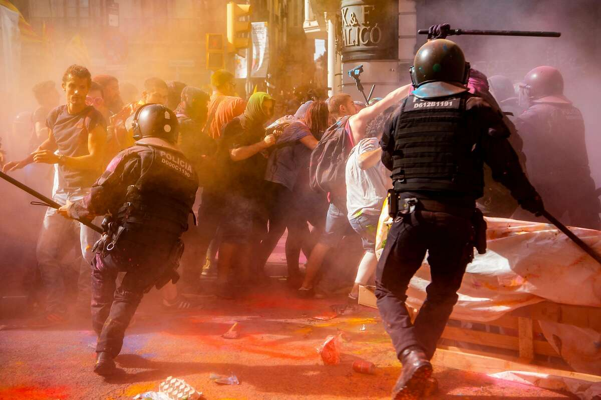 BARCELONA, SPAIN - SEPTEMBER 29: Catalonia's pro-independence supporters clash with Mossos d'Esquadra police officers as they protest against a demonstration to commemorate their operation to prevent the 2017 Catalonia Independence Referendum on September 29, 2018 in Barcelona, Spain. Spanish National Police and Civil Guard police officers marched today in Barcelona to demand same salary and conditions of Autonomous Police Officers and commemorate the Operation Copernico which was held in Catalonia last October to prevent the Independence referendum called on October 1. (Photo by David Ramos/Getty Images)