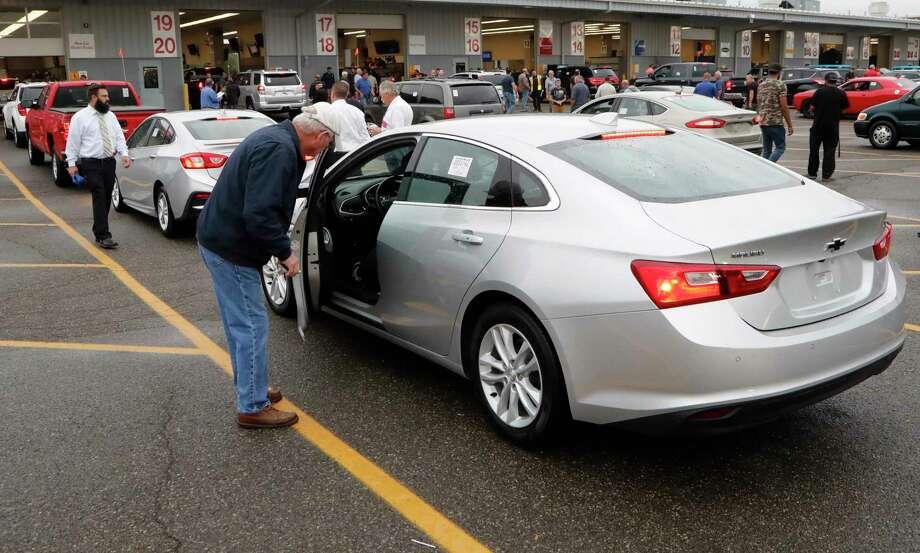 20 2018 Photo Auto Dealers Examine Used Vehicles