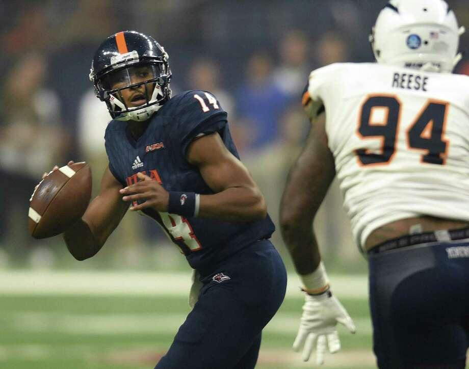 UTSA quarterback Cordale Grundy looks for an open receiver as CJ Reese of UTEP chases him down during college football action in the Alamodome on Saturday, Sept. 29 2018. Photo: Billy Calzada / Staff Photographer / San Antonio Express-News