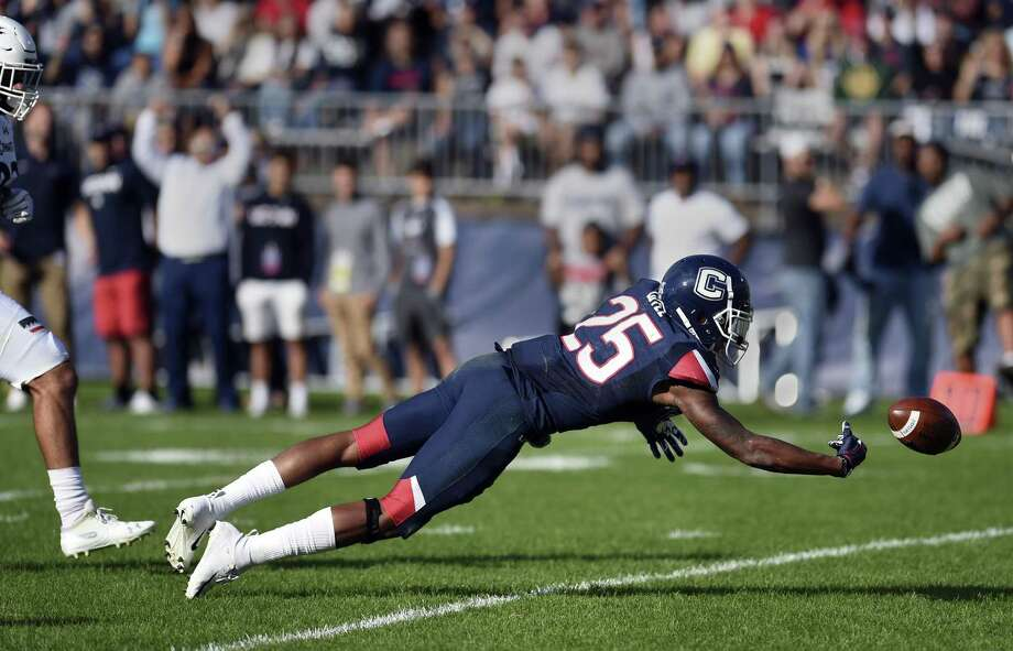 UConn defensive back Tyler Coyle (25) can't quite hold on for an interception in the first half against Cincinnati on Saturday. Photo: Stephen Dunn / Associated Press / Copyright 2018 The Associated Press. All rights reserved