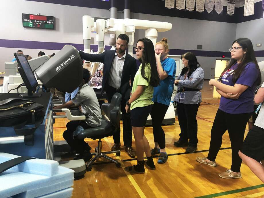 Medical Center Health Systems staff help Bowie Middle School students operate robotic surgical equipment and simulators 9/25/18. Photo: Tori Aldana/191 News