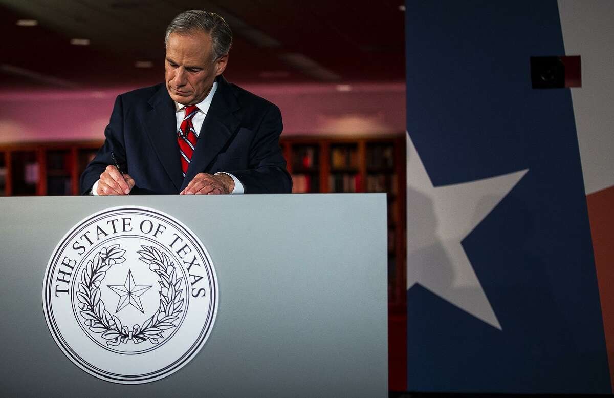 Texas Governor Greg Abbott writes notes before a gubernatorial debate against his Democratic challenger Lupe Valdez at the LBJ Library in Austin, Texas, on Friday, Sept. 28, 2018. [NICK WAGNER/AMERICAN-STATESMAN]