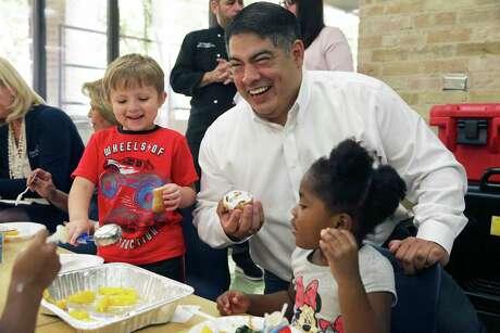 District 8 City Councilperson Manny Peláez jokes with Pre K 4 SA kids.