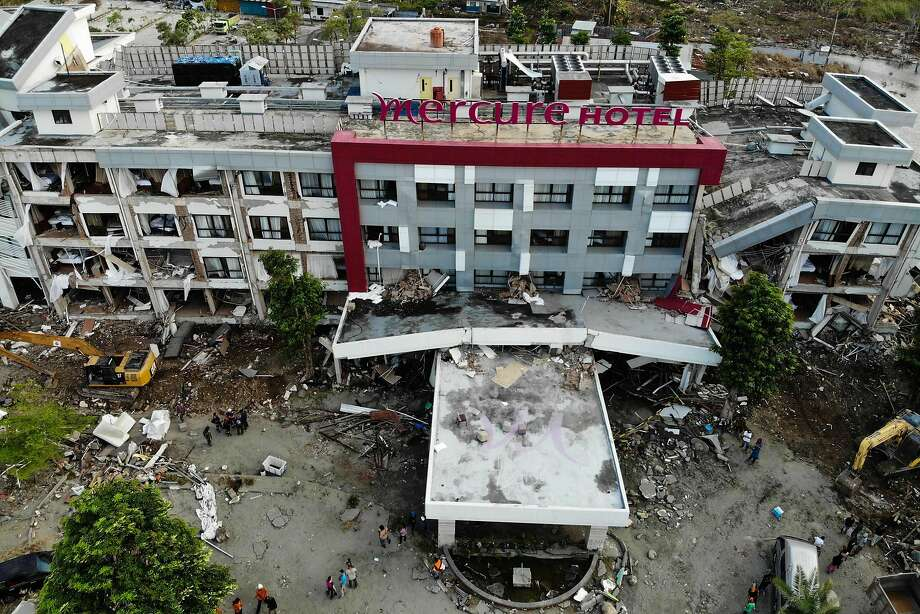 French and local rescuers search for survivors in the badly damaged Mercure hotel in Palu in Central Sulawesi. Photo: Jewel Samad / AFP / Getty Images