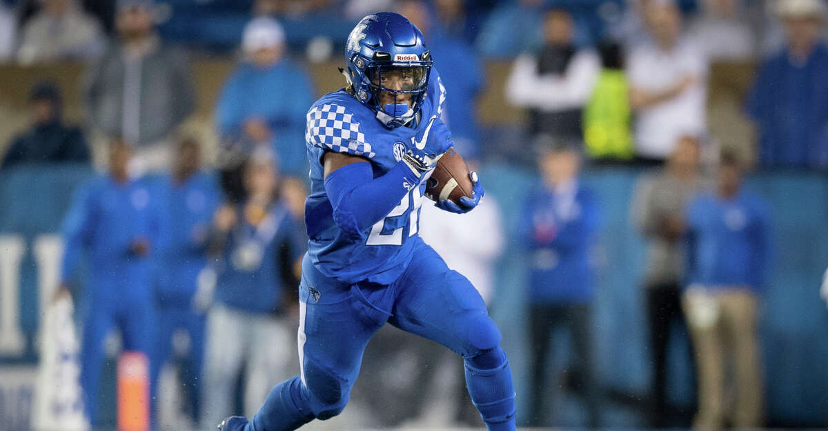 Kentucky running back Benny Snell Jr. (26) runs with the ball during the second half of an NCAA college football game against Mississippi State in Lexington, Ky., Saturday, Sept. 22, 2018. (AP Photo/Bryan Woolston)