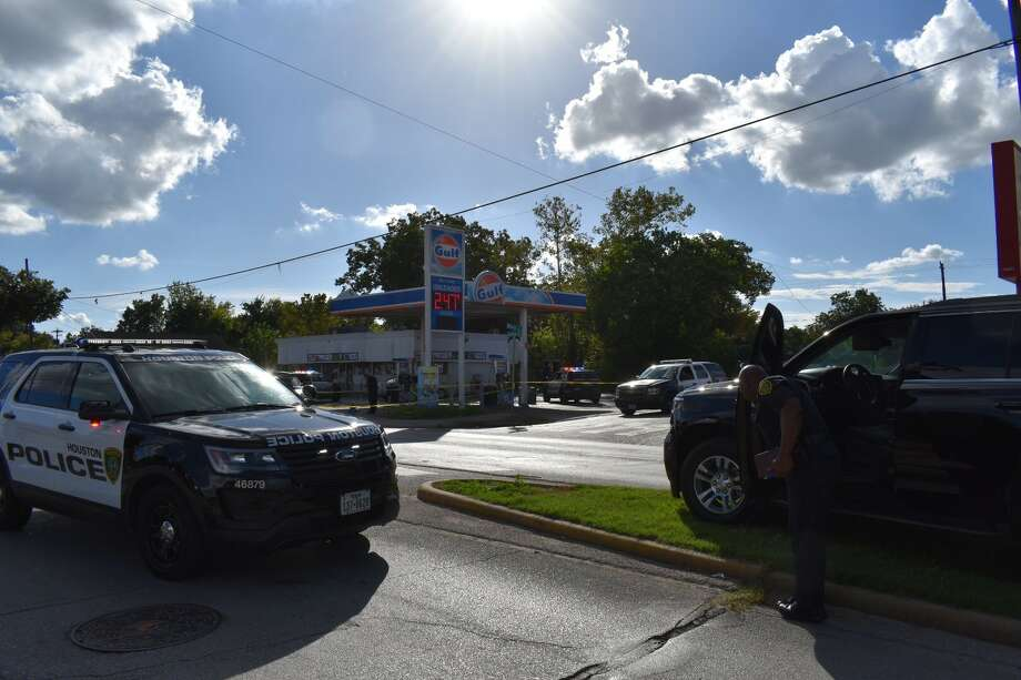 Police are investigating a shooting Saturday involving multiple injuries outside a Pappadeaux restaurant in southwest Houston. (Jasper Scherer / Houston Chronicle) Photo: Jasper Scherer / Houston Chronicle