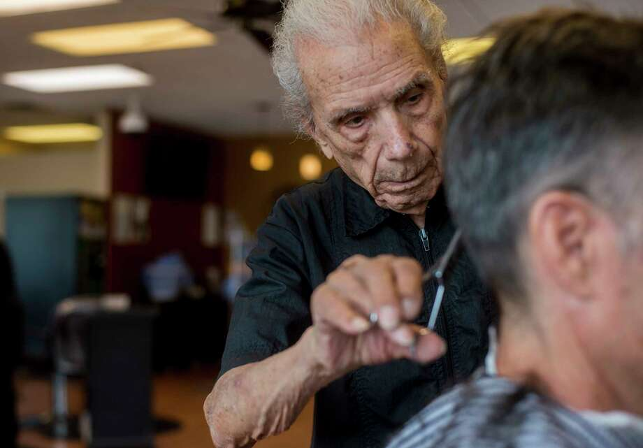 Anthony Mancinelli trims the hair of a customer at Fantastic Cuts, a hair salon in New Windsor, in upstate New York, Sept. 27, 2018. Mancinelli, 107, who began cutting hair when Warren Harding was president, has been recognized by Guinness World Records as the oldest working barber. (Andrew Seng/The New York Times) Photo: ANDREW SENG / NYTNS