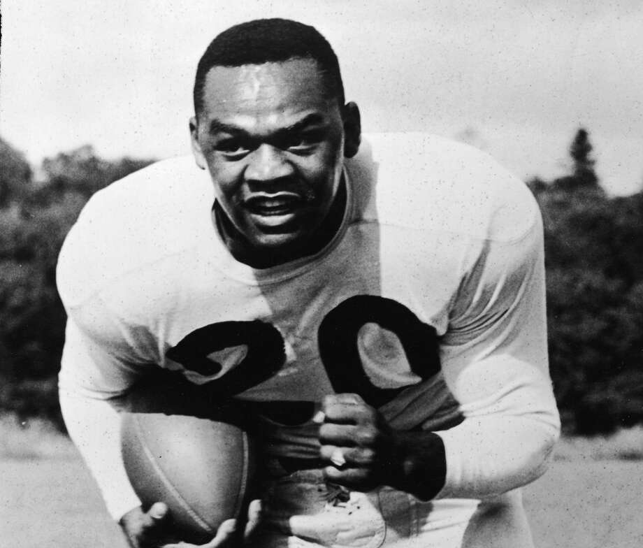 New York Yanks quarterback George Taliaferro, 1949 Rookie of The Year, runs on the field, carrying a football, circa 1949. (Photo by Keystone/Getty Images) Photo: Keystone/Getty Images