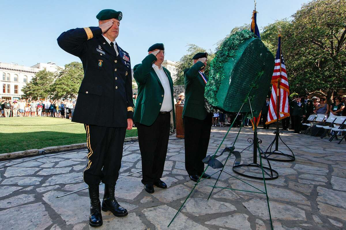 Maj. Gen (Ret.) James Champion (from left), Special Forces Association President Jack Tobin and Green Beret Foundation President Chuck Rose during a wreath-laying ceremony at the Alamo in 2013. The foundation has helped members of the elite force and their families since 2009, but now has sued its former executive director. MARVIN PFEIFFER/ mpfeiffer@express-news.net