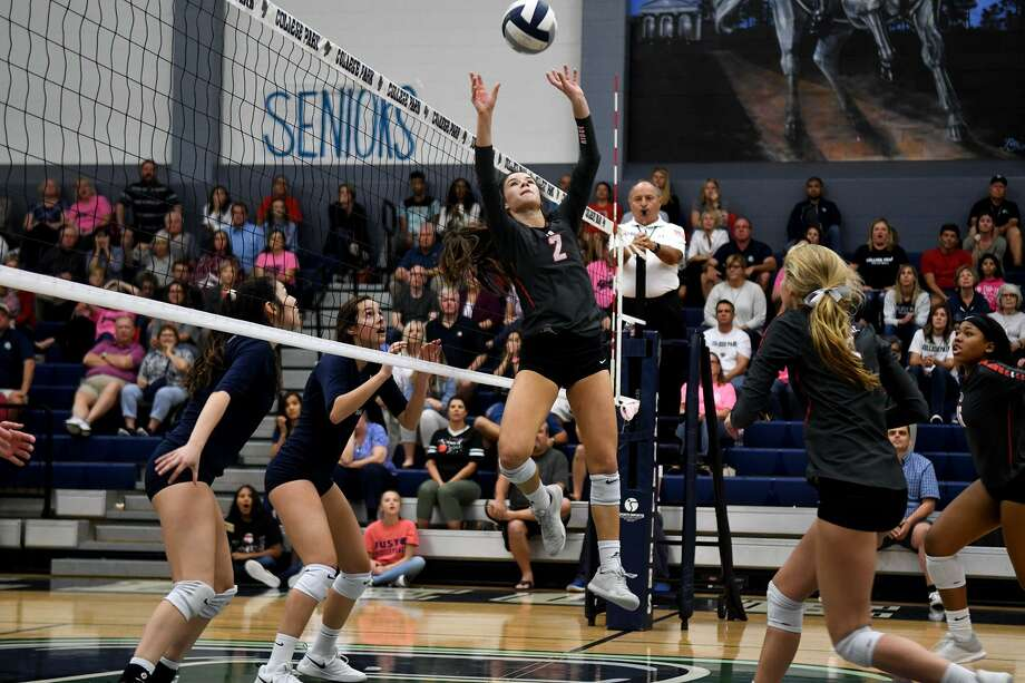 Oak Ridge senior setter Makenzie Arent (2) sets a ball against College Park during the 5th set of their District 15-6A matchup at College Park High School on Tuesday, Oct. 9, 2018. Photo: Jerry Baker, Houston Chronicle / Contributor / Houston Chronicle