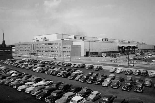 A full parking lot at the General Electric turbine plant on Aug. 4, 1949, in Schenectady. (Library of Congress)