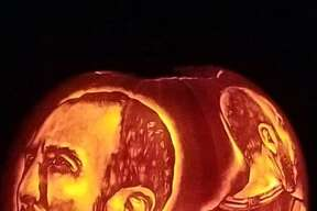 Arthur Alaquinez fulfilled his Halloween carving tradition by etching two incredibly detailed portraits of the recently retired Spur that will surely give fans pumpkin to talk about.
