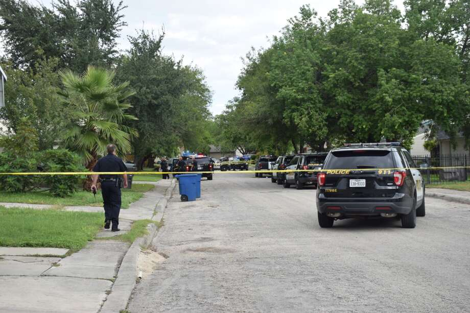 San Antonio police respond to a shooting in the 4000 block of Coral Sunrise on Thursday, Oct. 11, 2018. Photo: Caleb Downs / San Antonio Express-News