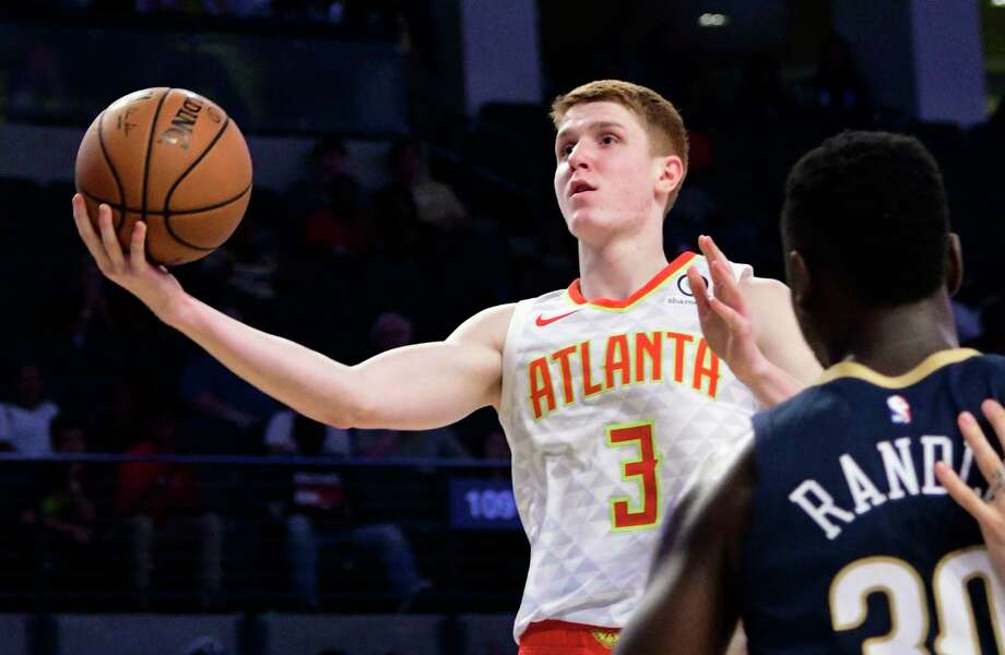 Atlanta Hawks rookie guard Kevin Huerter (3) goes to the basket past the  defense c760521b6
