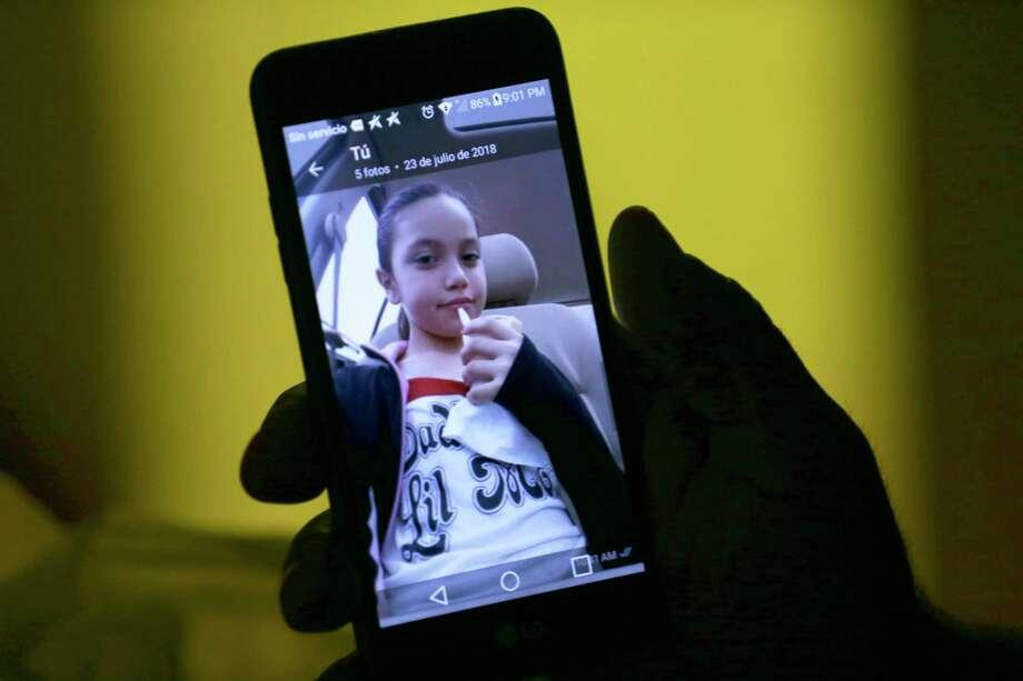 El inmigrante mexicano, Sandro Alejandro García Moreno, mira fotografías de su hija en su teléfono en la madrugada del domingo 19 de agosto de 2018. Photo: JERRY LARA, San Antonio Express-News / © 2018 San Antonio Express-News