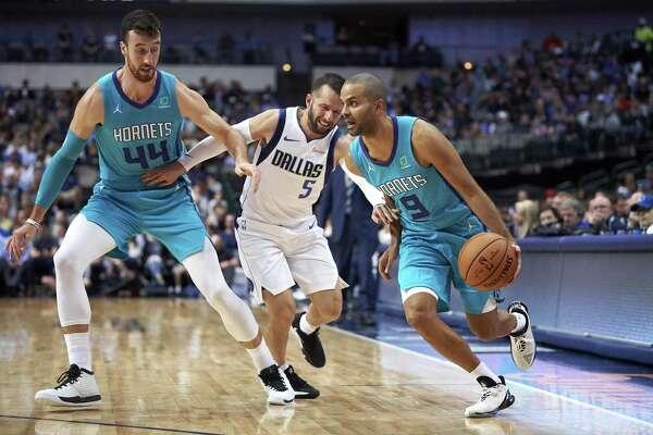 21b66592285 2of2Charlotte Hornets  Tony Parker (9) drives to the basket around a screen  by teammate Frank Kaminsky (44) on Dallas Mavericks  J.J. Barea (5) during  the ...