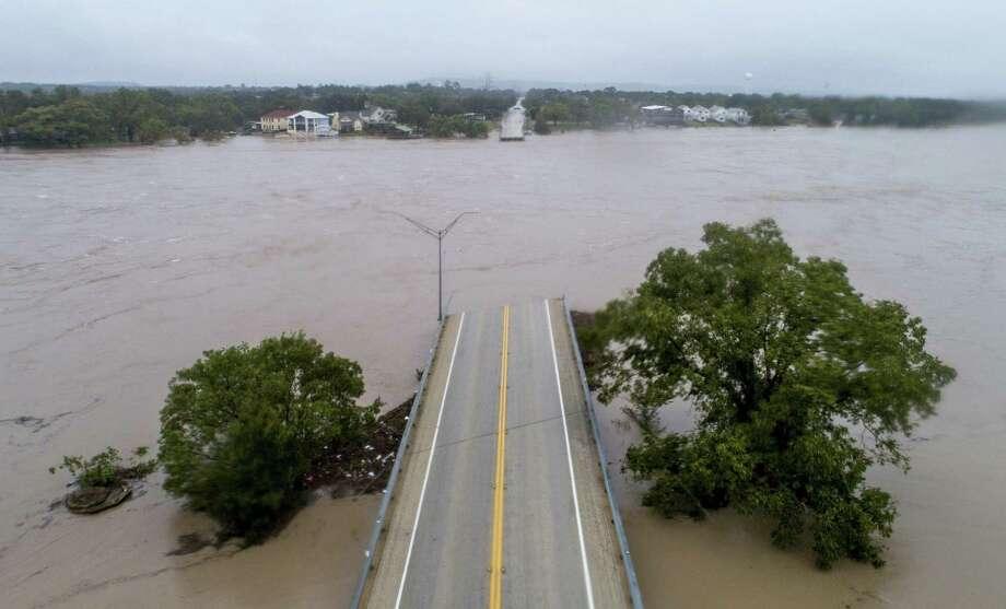 Las aguas crecidas del río Llano pasan sobre el derrumbado puente Ranch Road 2900 en Kingsland, Texas, el martes, 16 de octubre del 2018 Photo: Jay Janner /Associated Press / Austin American-Statesman