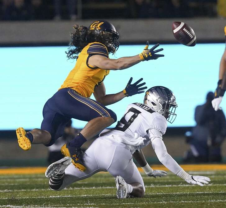 California wide receiver Kanawai Noa, left, misses a reception next to Oregon safety Jevon Holland (8) during the first half of an NCAA college football game Saturday, Sept. 29, 2018, in Berkeley, Calif. (AP Photo/Don Feria)