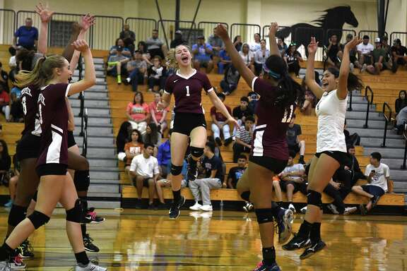 Summer Creek freshman setter Jozie Dhayer (1) celebrates a point against Pasadena Memorial with teammates Amiya Matthews, from left, McKay Wilson, Kendall Dutton, and Alaryss Medina during their District 22-6A matchup at PMHS on Sept. 26, 2018.