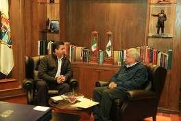 El gobernador de Tamaulipas, Francisco García Cabeza de Vaca, conversa con el presidente electo de México, Andrés Manuel López Obrador, durante una reunión de trabajo sostenida el miércoles en el Palacio de Gobierno de Ciudad Victoria, capital del estado de Tamaulipas.