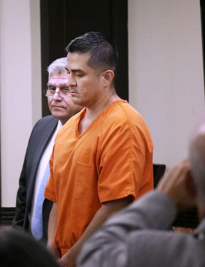 El agente de la Patrulla Fronteriza Juan David Ortiz permanece de pie en la Corte de Distrito 111, el 17 de octubre, durante una audiencia de reducción de fianza por el caso de cuatro homicidios. Photo: Cuate Santos /Laredo Morning Times / Laredo Morning Times