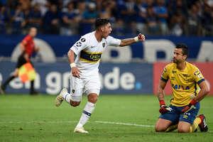 Cristian Pavón celebra el gol que anotó en el empate 1-1 de Boca Juniors ante Cruzeiro en la Copa Libertadores, en el estadio  Mineirao de Belo Horizonte, Brasil, el 4 de octubre de  2018.