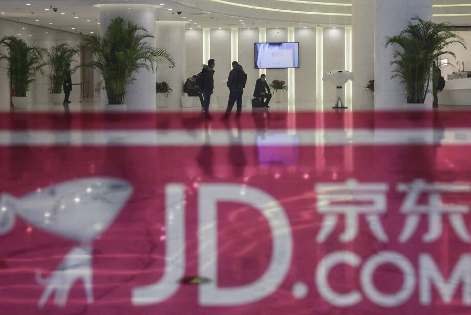 Visitors wait in the lobby at the JD.com headquarters in Beijing on Dec. 1, 2015. Photo: Qilai Shen/Bloomberg / Bloomberg