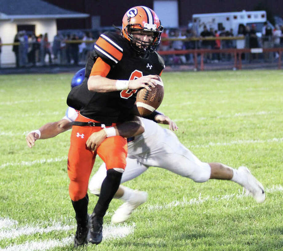 Gillespie senior QB Joe Carter tries to elude a Carlinville defender in a Week 2 loss in Gillespie. Photo: Greg Shashack / The Telegraph